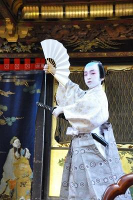 曳山初の舞台剣舞