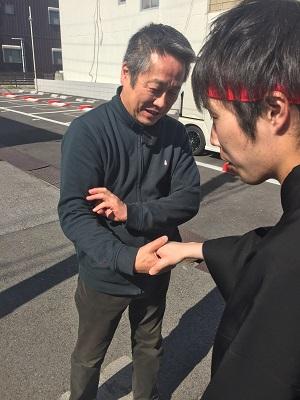 父子の握手