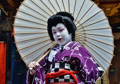 和傘を背に